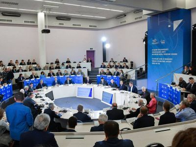 """Медведев поздравил школу СКОЛКОВО с попаданием в """"высшую лигу"""" бизнес-школ мира"""